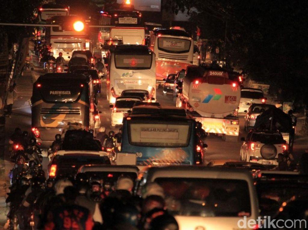 Kemacetan mulai terasa saat kendaraan melintas di sekitar Rancaekek-Cicalengka. Mobil dan bus hanya bisa melaju dengan kecepatan yang rendah.