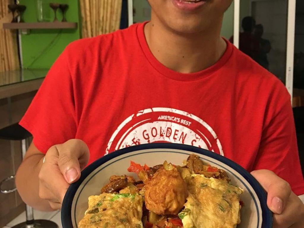 Ini sepiring nasi dengan aneka lauk buatan Cakra. Ada telur dadar, hingga jengkol balado yang dibuatnya sendiri di rumah. Foto: Instagram @cakra.khan