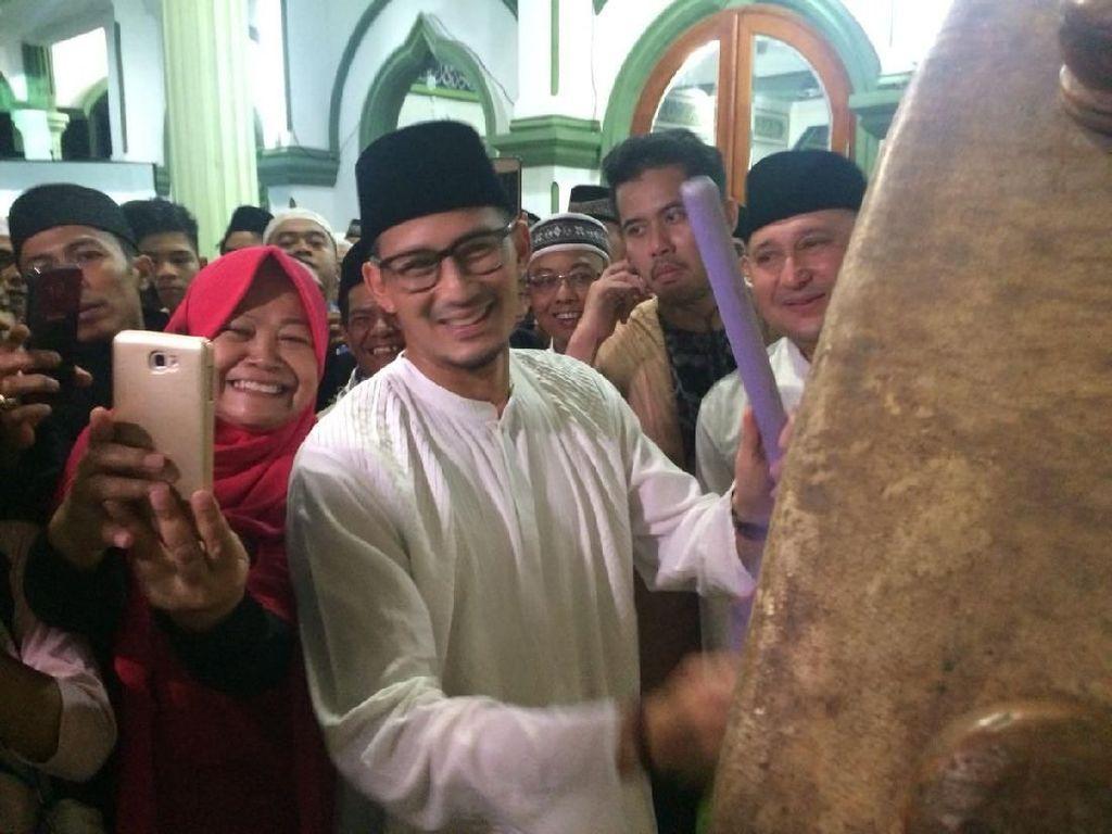 Sementara Wakil Gubernur DKI Jakarta Sandiaga Uno melakukan kunjungan takbiran keliling untuk menyambut Hari Raya idul Fitri 1439 H di tiga wilayah. Wilayah pertama yang disambangi Sandiaga adalah Matraman, Jakarta Timur. (Foto: Marlinda Oktavia/detikcom)