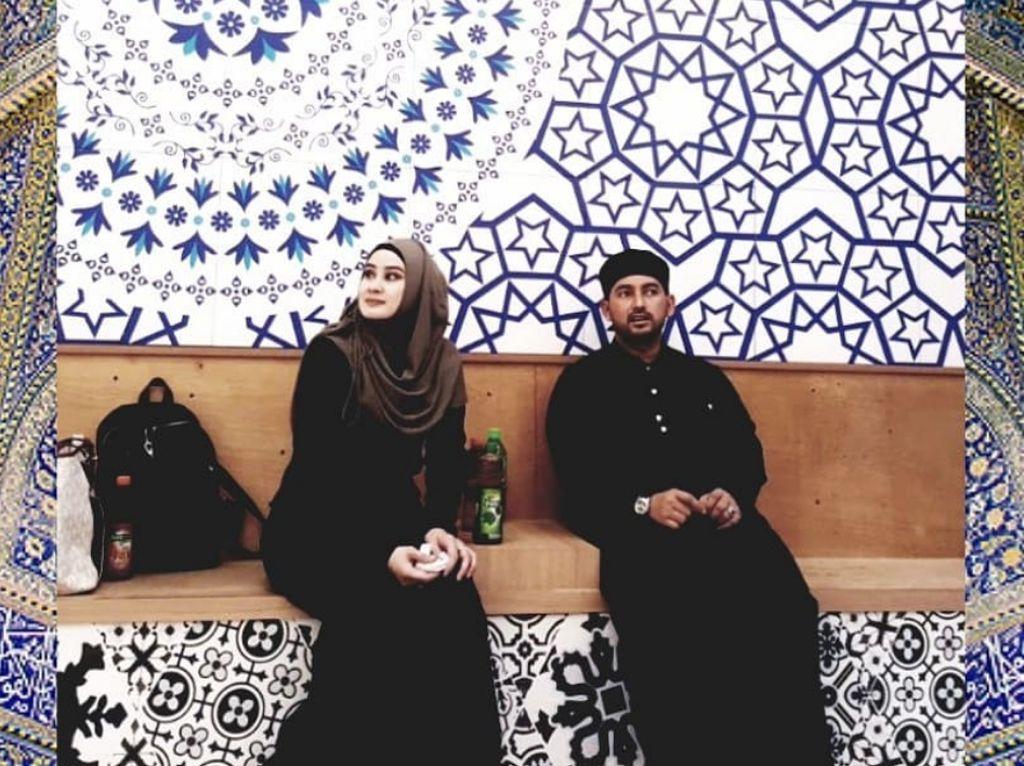 Ada beberapa foto yang diunggah memperlihatkan mereka duduk berdua. (dok. Instagram Athiyyatul_Haniyyah_real)