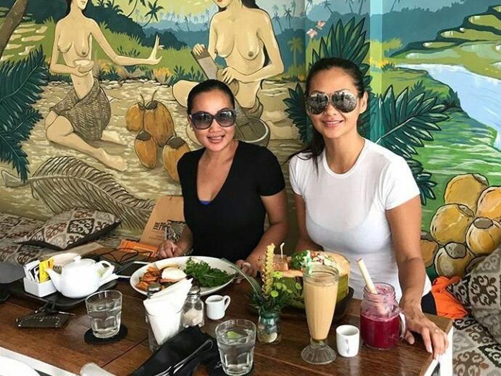 Bersama sahabatnya, Indah pun terlihat mencicip makanan enak di Canggu, Bali setelah latihan yoga. Foto: Instagram @indahkalalo