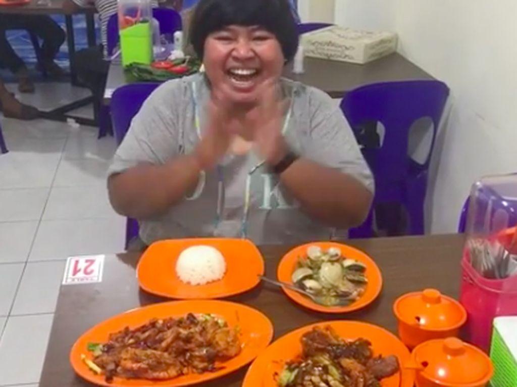 Olahan seafood juga tak dilewatkan pemilik Instagram malabarbie91 ini. Mala yang ekspresif sedang menyantap udang, kepiting dan kerang. Foto: Instagram malabarbie91