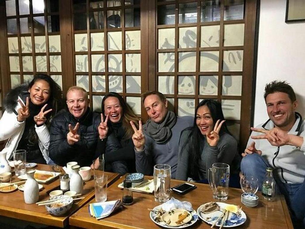 Liburan ke Jepang bersama teman dan suaminya. Kali ini Indah terlihat asyik menikmati makanan Jepang di resto tradisional.
