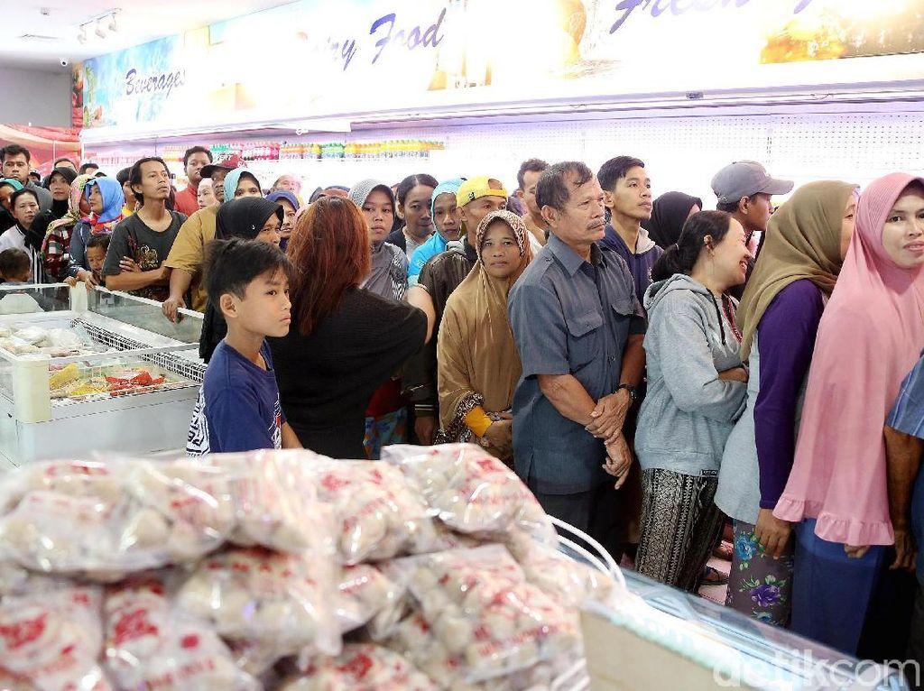 Banyak warga sudah datang mengantre sejak pagi agar tidak kehabisan daging murah tersebut.