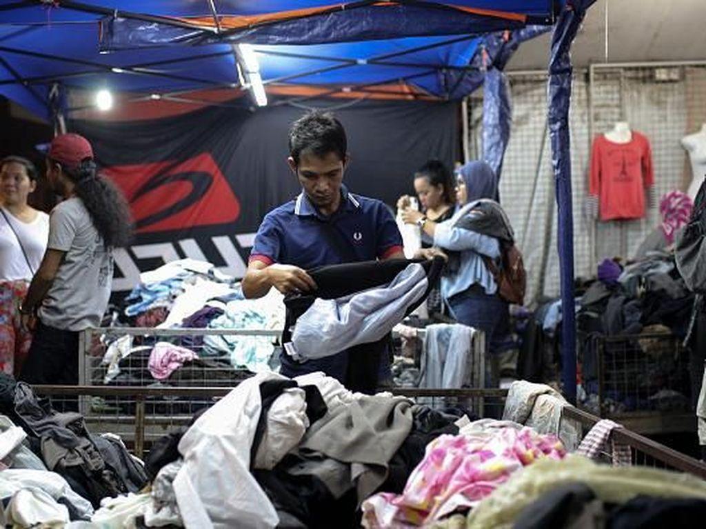 Warga Muslim Malaysia pun tak ketinggalan mempersiapkan diri sambut hari kemenangan. Kuala Lumpur punya pasar kaget yang menyediakan berbagai macam kebutuhan lebaran. Tak terkecuali kios-kios yang menjual pakaian dan aksesoris untuk digunakan saat hari kemenangan. Aizzat Nordin/NurPhoto via Getty Images.