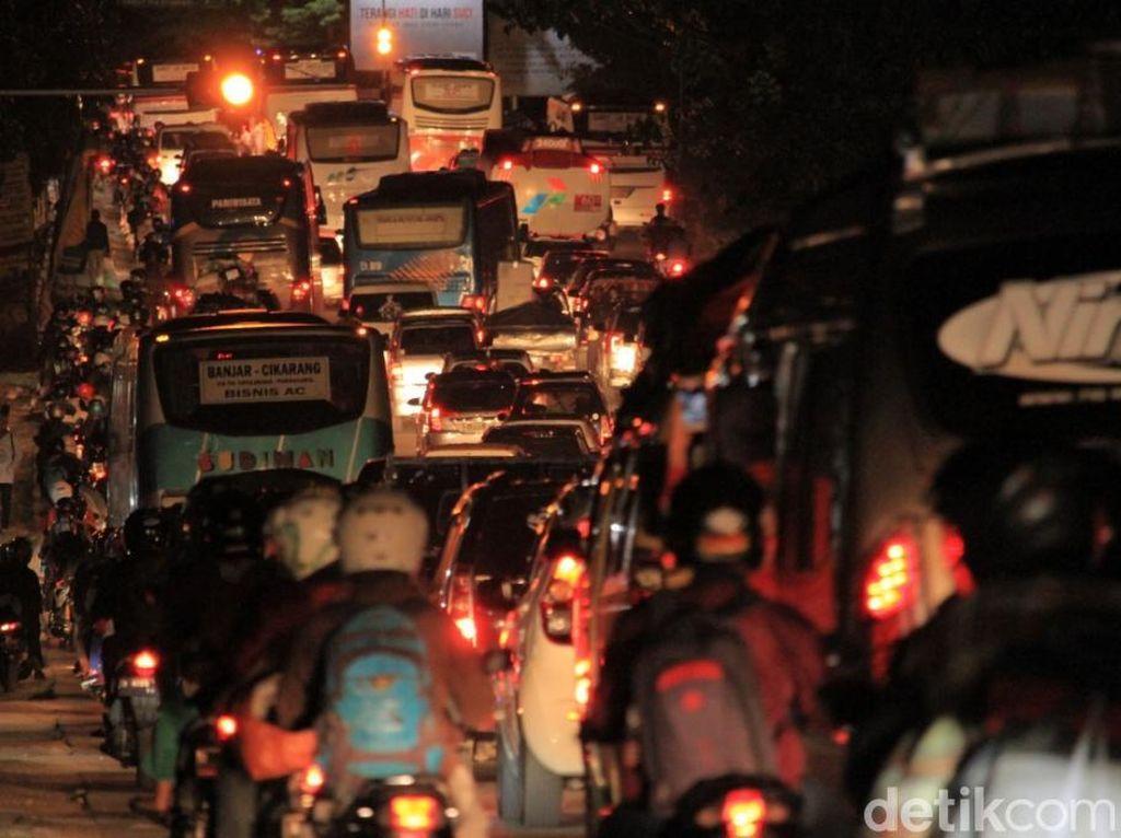 Menurut Kapolres Bandung AKBP Indra Hermawan di Pos Polisi Cikaledong, pihak polisi telah melakukan empat kali one way berkoordinasi dengan Polres Garut, karena titik kemacetan terjadi di Pasar Limbangan.