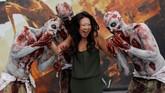 Peserta pameran berfoto dengan para zombie dari gim Dying Light 2 di gelaran E3. (REUTERS/Mike Blake)