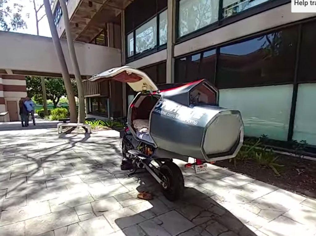 MotoHome mengganti subframe belakang motor dan swingarm dengan unit custom. Hasilnya, motor ini bisa menyajikan ruang tidur kecil tapi nyaman. Foto: Pool (Youtube)