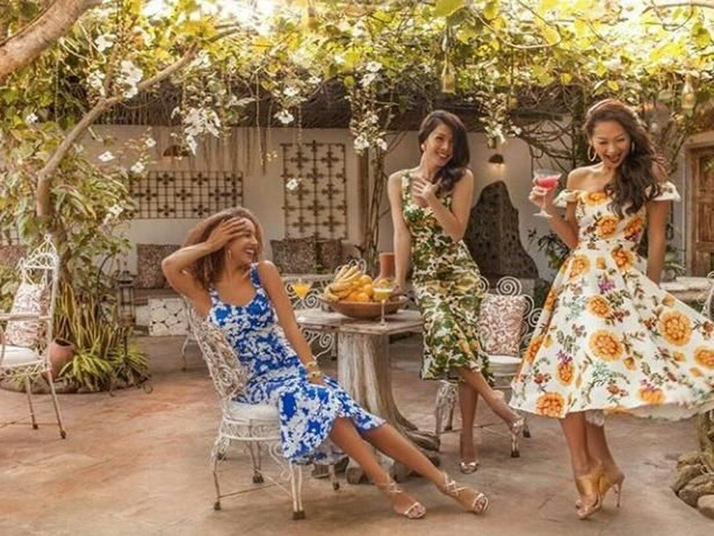 Lagi ada di La Fianca, Bali. Mengenakan dress musim panas bertema bunga sambil minum dan makan buah. Foto: Instagram @indahkalalo