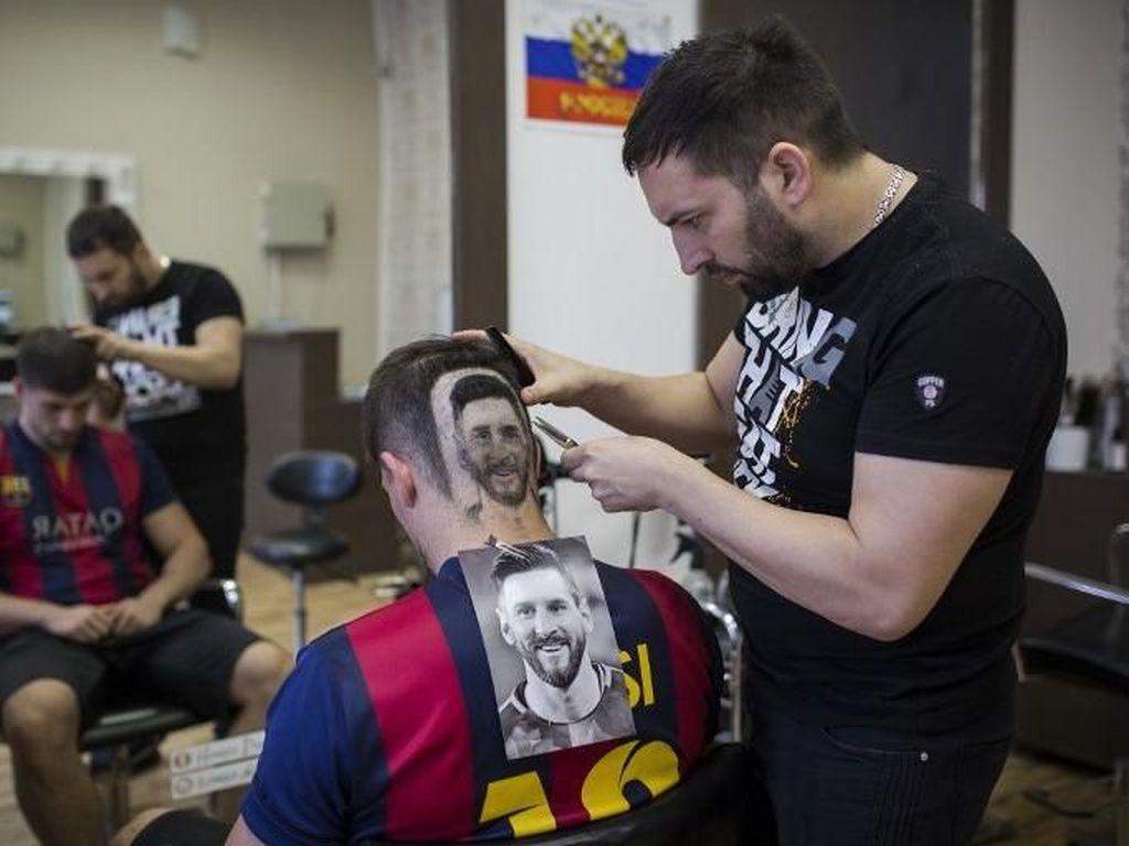 Novi Sad sebagai fans dari Messi rela rambutnya ditato demi sang bintang Barcelona itu. Vladimir Zivojlnovic/AFP.