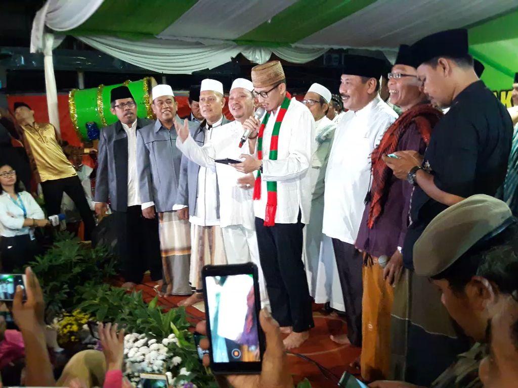 Sandiaga Uno melanjutkan kunjungan takbiran keliling untuk menyambut Hari Raya idul Fitri 1439 H. Kunjungan terakhir dilakukan di Area CNI, depan Lippo Mall, Puri Indah, Puri Kembangan, Jakarta Barat. (Foto: Marlinda Oktavia/detikcom)
