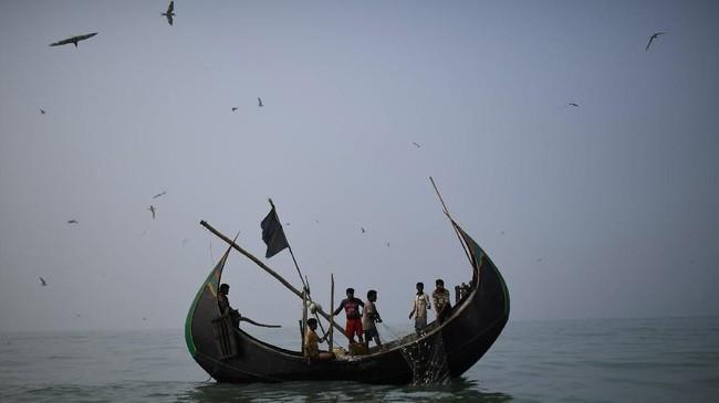 Di Kamp pengungsi Shamlapur, dekat sebuah kampung nelayan di pinggir salah satu pantai yang terpanjang di dunia. (REUTERS/Clodagh Kilcoyne)