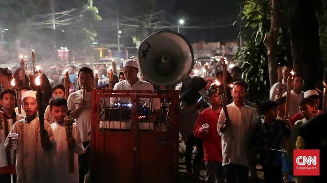 Begitu antusias, sejumlah warga sampai membawa pengeras suara sendiri untuk memeriahkan malam takbiran. (CNN Indonesia/Andry Novelino)