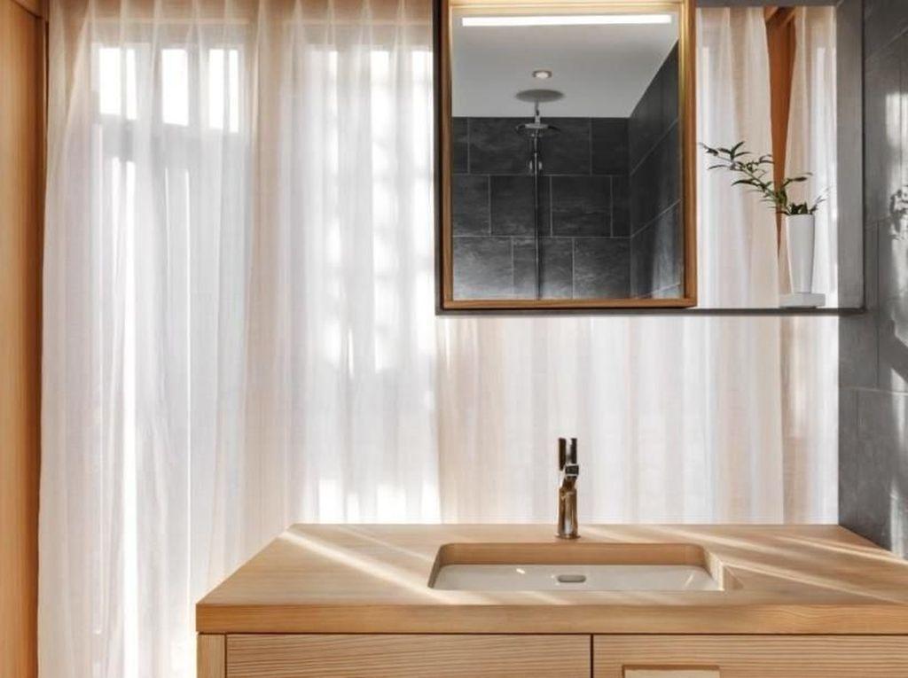 Kamar mandi pun materialnya dari kayu. Istimewa/Lucy Wang/Inhabitat.