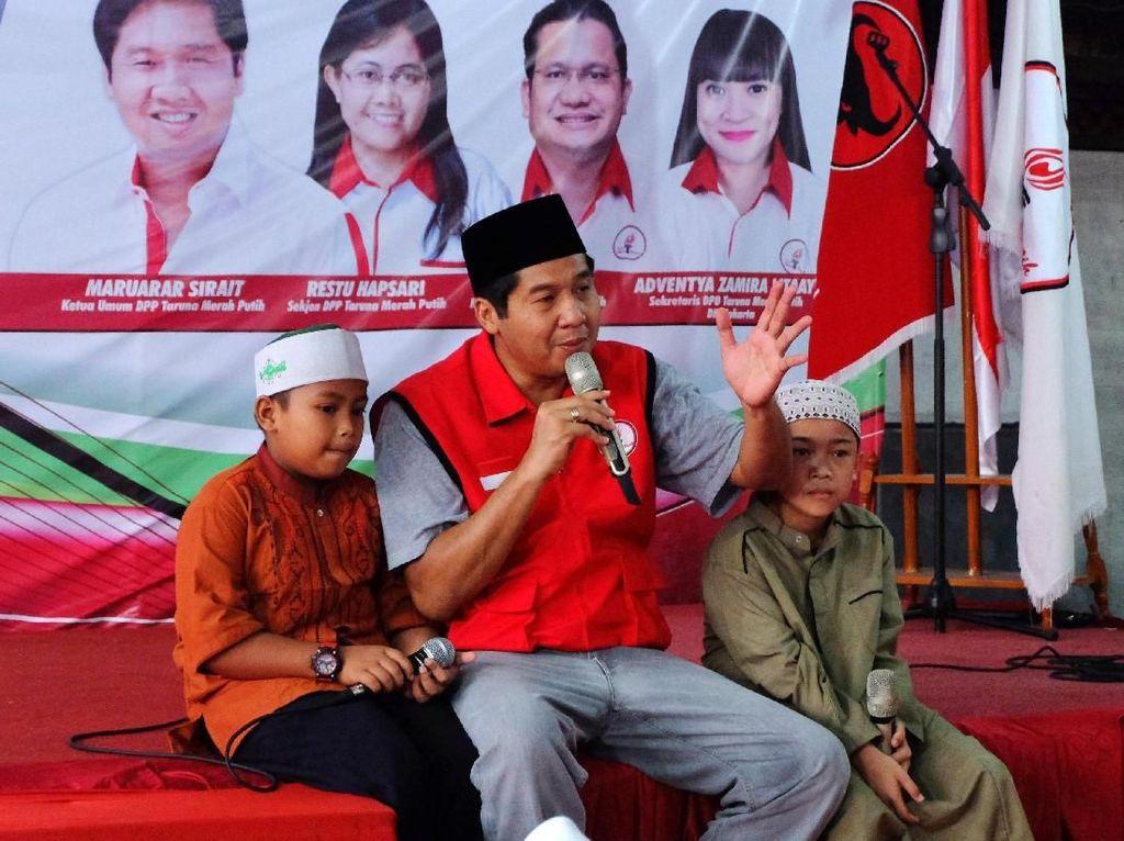 Ketua umum DPP Taruna Merah Putih Maruarar Sirait bersama dua anak yatim memberikan wejangan sesaat sebelum buka bersama diatas panggung. Foto: dok. Taruna Merah Putih