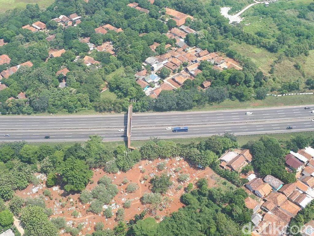 Ini adalah foto yang diambil dari atas Tol Cikampek. Tampak arus lalu lintas lancar di kedua arah. (Foto: Audrey Santoso/detikcom)