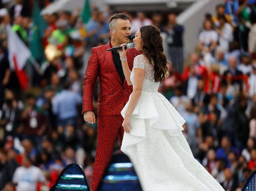 Suasana temapak makin meriah saat Robbie Williams berduet dengan penyanyi opera asal Rusia, Aida Garifullina. Keduanya menyanyikan lagu Angels. (Foto: Kai Pfaffenbach/Reuters)