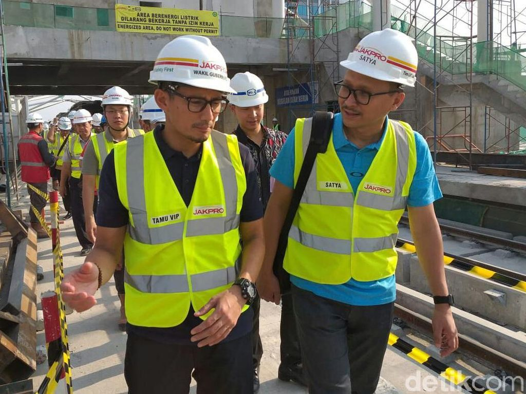 Wakil Gubernur DKI Jakarta Sandiaga Uno saat mengecek proyek LRT Jakarta, Kamis (14/6/2018).