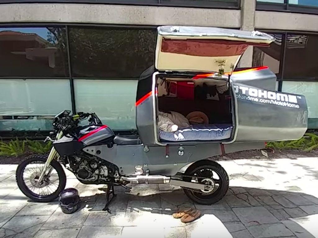 Namanya adalah MotoHome. Pada dasarnya dia menambahkan semacam ruangan seperti tenda kemping di atas sepeda motor. Foto: Pool (Youtube)