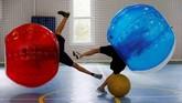 Dua siswa sekolah bermain bola bentur di Moskow, Rusia. Dalam permainan ini para siswa membungkus bagian atas mereka dalam sebuah bola tiup. (REUTERS/Tatyana Makeyeva)