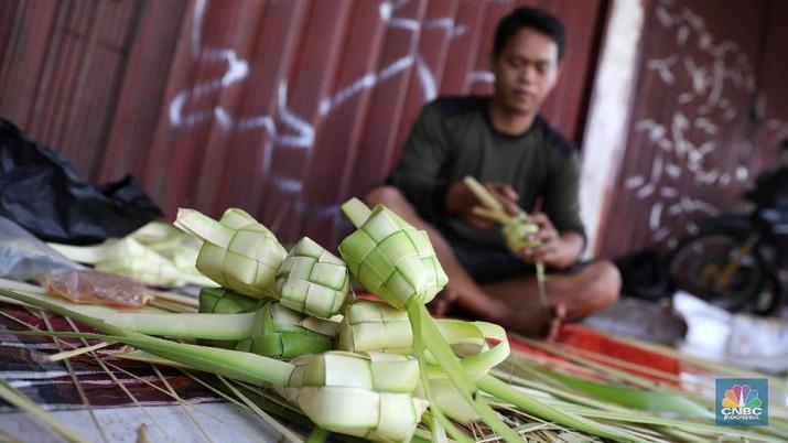 Pedagang Kulit ketupat di kawasan ciputat, Kamis (14/6/2018). (CNBC Indonesia/ Andrean Kristianto0