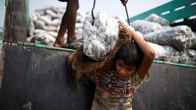 Hampir semuanya berlindung di kamp-kamp darurat di sekitar distrik selatan Cox's Bazar. (REUTERS/Clodagh Kilcoyne)