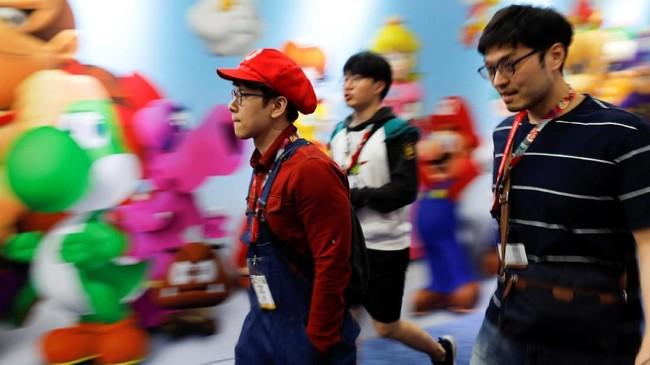 Penggemar gim lawas Nintendo, Mario Bross menggunakan kostum serupa dengan karakter favoritnya di gelaran E3. (REUTERS/Mike Blake)