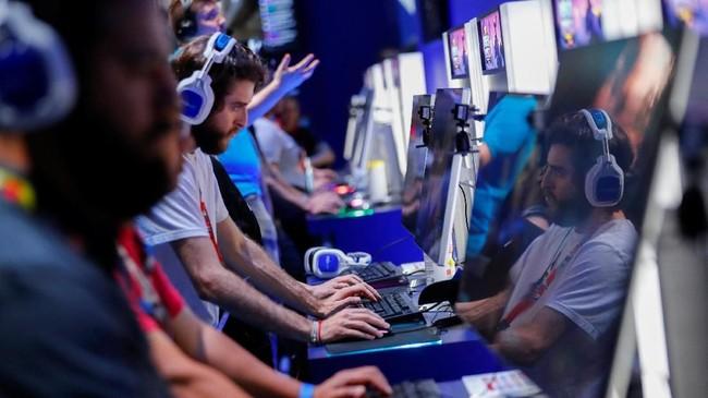 Terlihat para pengunjung pameran E3 sedang mencoba salah satu permainan yang ditampilan di E3, Los Angeles, Amerika Serikat. (REUTERS/Mike Blake)