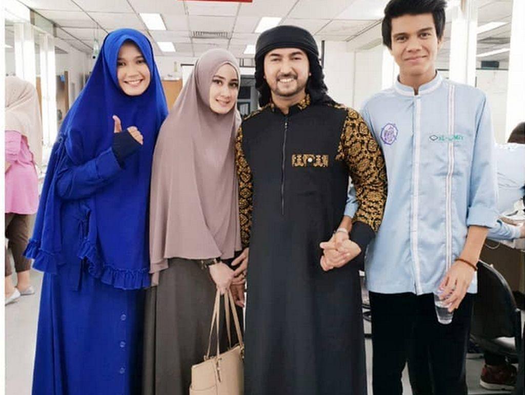 Athiyyatul Haniyyah selalu terlihal ikut mendampingi dan kemanapun Ustad Al Habsyi pergi dakwah atau mengisi acara . (dok. Instagram Athiyyatul_Haniyyah_real)