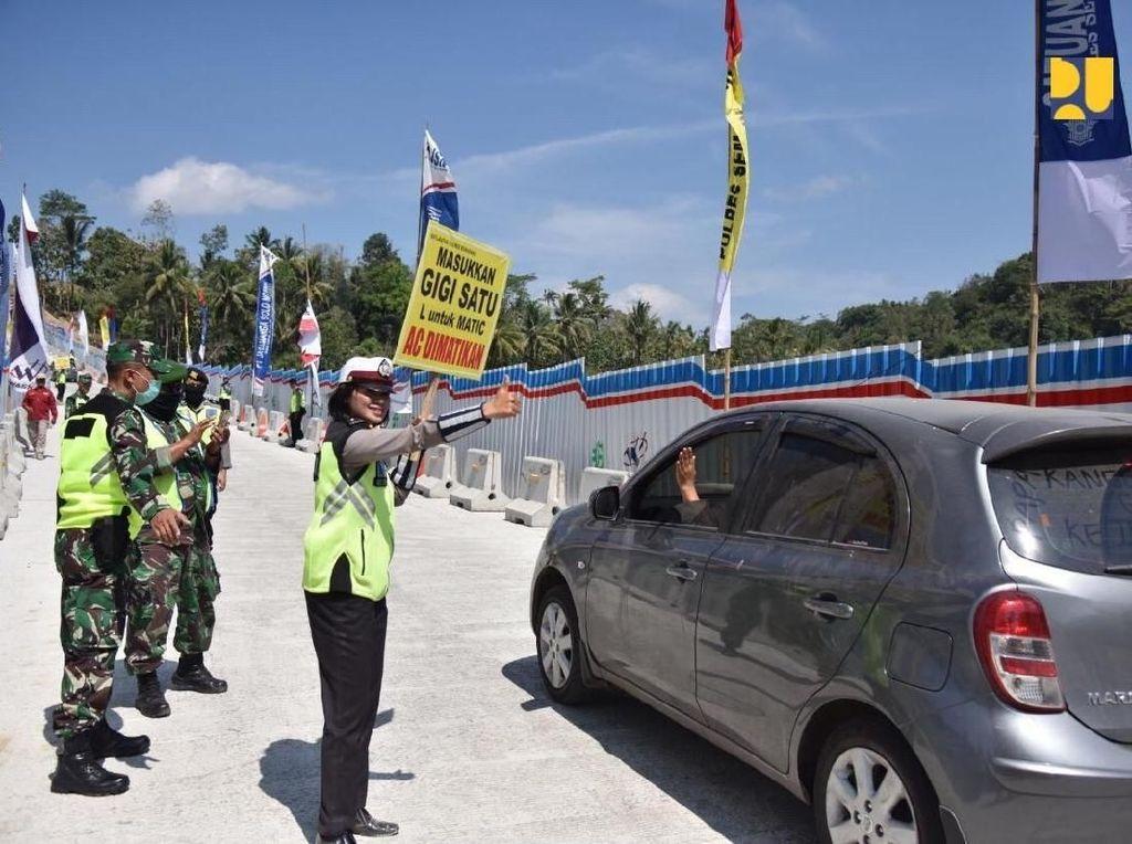 Sebelum _open traffic_ pada Jembatan Kalikuto, kendaraan diarahkan keluar tol di daerah Gringsing menuju jalan arteri sepanjang 500 meter dan masuk kembali ke ruas tol Batang-Semarang. Meski Jembatan Kalikuto sudah bisa dilewati namun _exit_ Grinsing tetap dibuka.