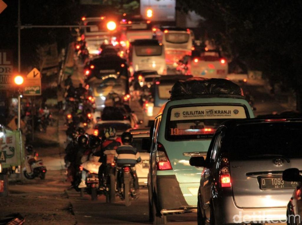Kemacetan di jalur Nagreg dini hari tadi membuat kendaraan nyaris tak bergerak.
