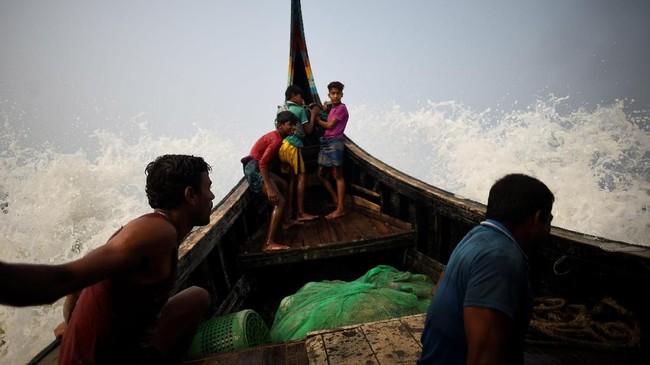 Namun penghasilan para pengungsi Rohingya di Bangladesh tersebut sangat kecil. Mereka sesekali berbagi hasil tangkapan, di bawah pengawasan resmi. (REUTERS/Clodagh Kilcoyne)