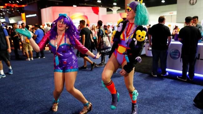 Peserta Rosalia Rohwer dan Jennifer Salenger berdandan sebagai karakter dari permainan Just Dance di E3. (REUTERS/Mike Blake)