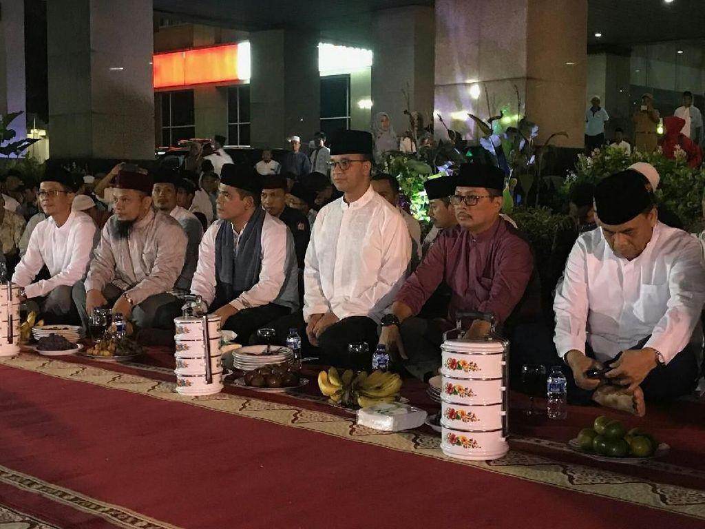 Gubernur DKI Jakarta Anies Baswedan menghadiri acara takbiran di Kantor Wali Kota Jakarta Selatan. Anies merasa senang karena takbiran tahun 2018 ini merupakan yang pertama sebagai Gubernur DKI. (Foto: Mochamad Zhacky-detikcom)