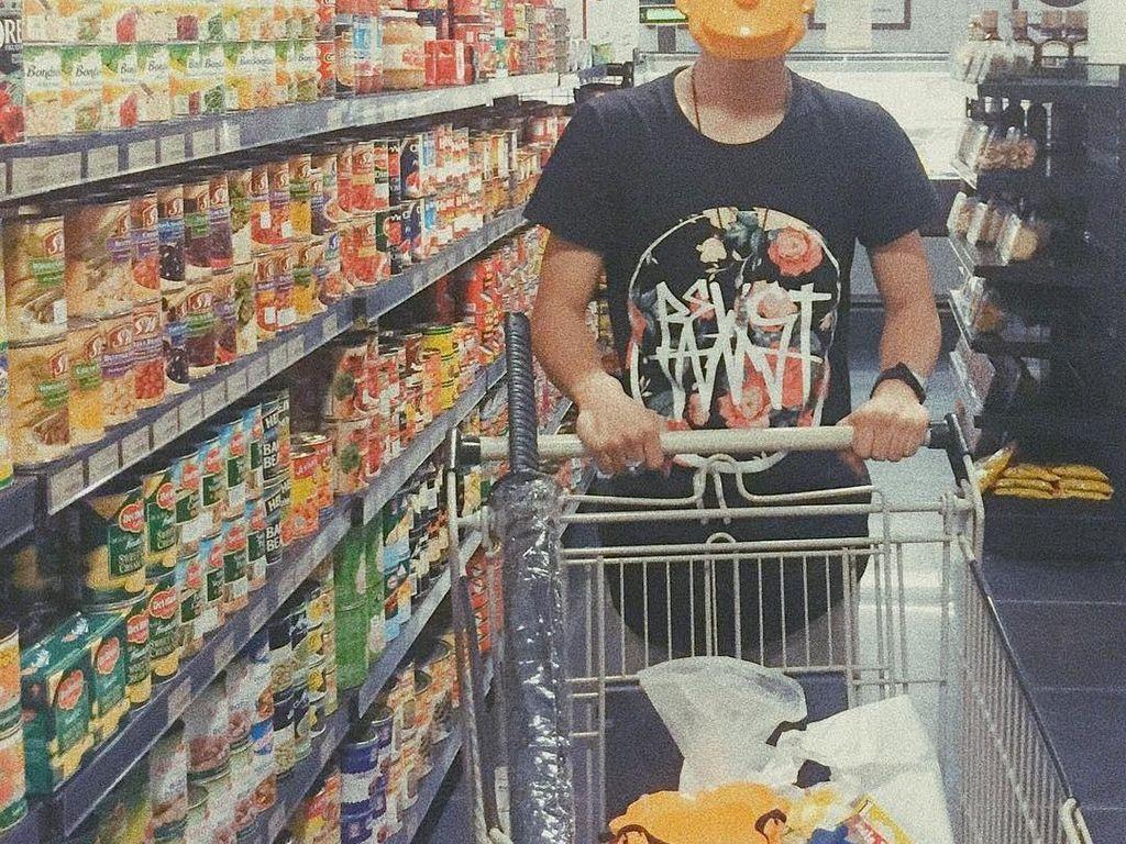 Punya gaya yang seru, Bisma tampil beda saat beberlanja bahan makanan di supermarket. Menggunakan topeng karakter 'Bart Simpson', Bisma asyik memilih makanan kaleng. Foto: Instagram @sibisma