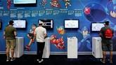 Para pengunjung dapat mencoba berbagai permainan yang dipamerkan dan dikenalkan sepanjang gelaran E3. (REUTERS/Mike Blake)