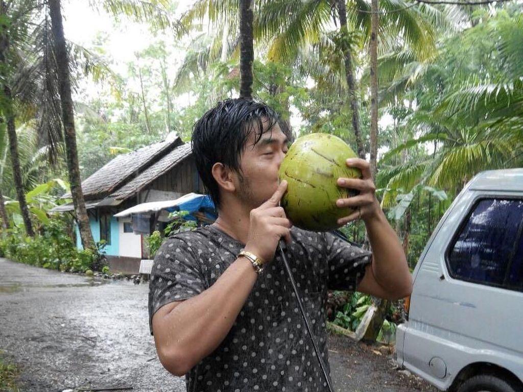 """""""Saya dari kampung, dan saya bangga."""" tulis Cakra di akun Instagramnya, ketika asyik menikmati air kelapa langsung dari buahnya. Foto: Instagram @cakra.khan"""