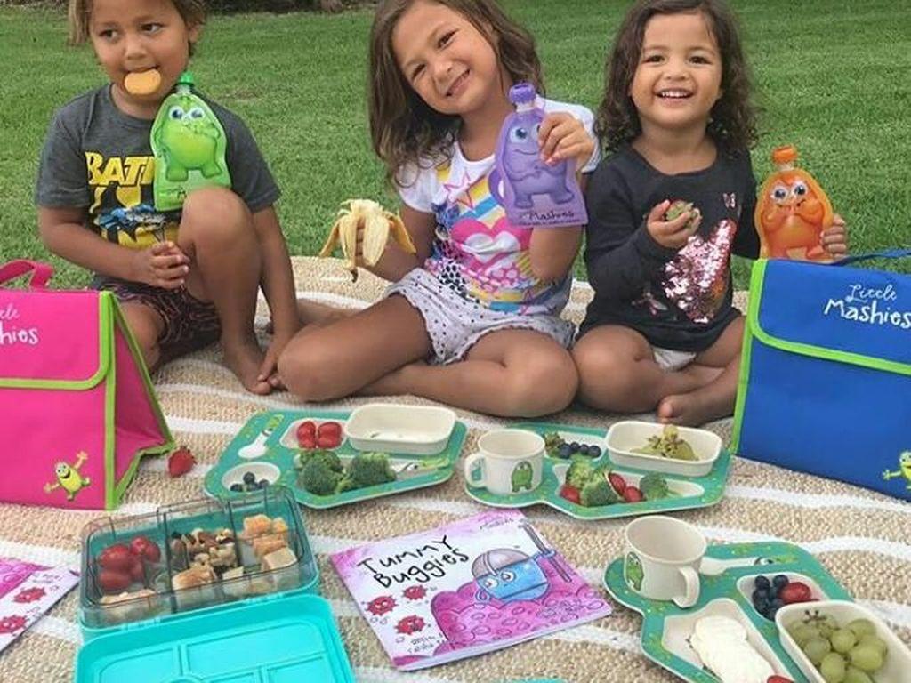 Lucu dan menggemaskan! Byronn, Ayana dan Tiggy terlihat sedang menikmati menu bekal dari sang ibu. Seperti piknik ya. Foto: Instagram @indahkalalo