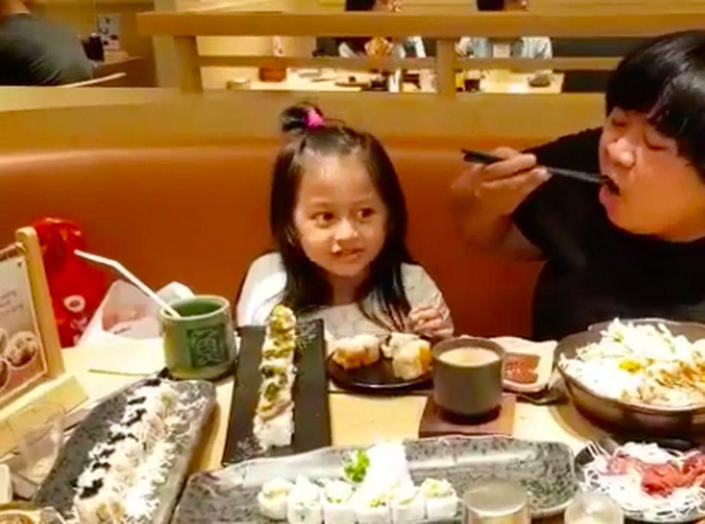 Di resto sushi, Mala makan sushi sambil menyantap banyak jahe (gari) dan wasabi. Ya ampun kok kuat ya dengan pedasnya wasabi? Foto: Instagram malabarbie91