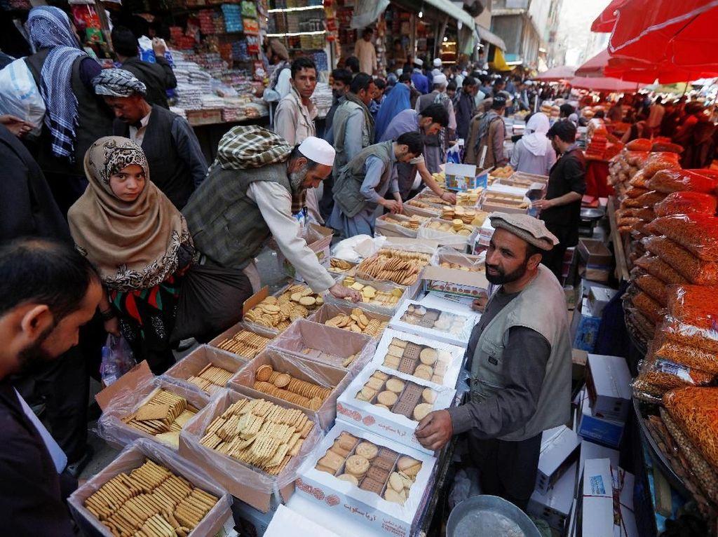 Sama seperti warga di negara dengan penduduk mayoritas Muslim lainnya, Afganistan juga menyambut Hari Raya Idul Fitri dengan berbelanja kebutuhan lebaran. Berbagai macam jenis makanan, pakaian dan pernak-pernik lainnya siap untuk dibawa pulang di pasar-pasar di kota Kabul, Afganistan. Omar Sobhani/Reuters.