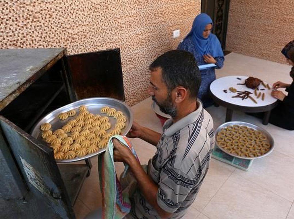 Warga Palestina pun tak ketinggalan mempersiapkan kue tradisional jelang lebaran. Said Khatib/AFP/Getty Images.