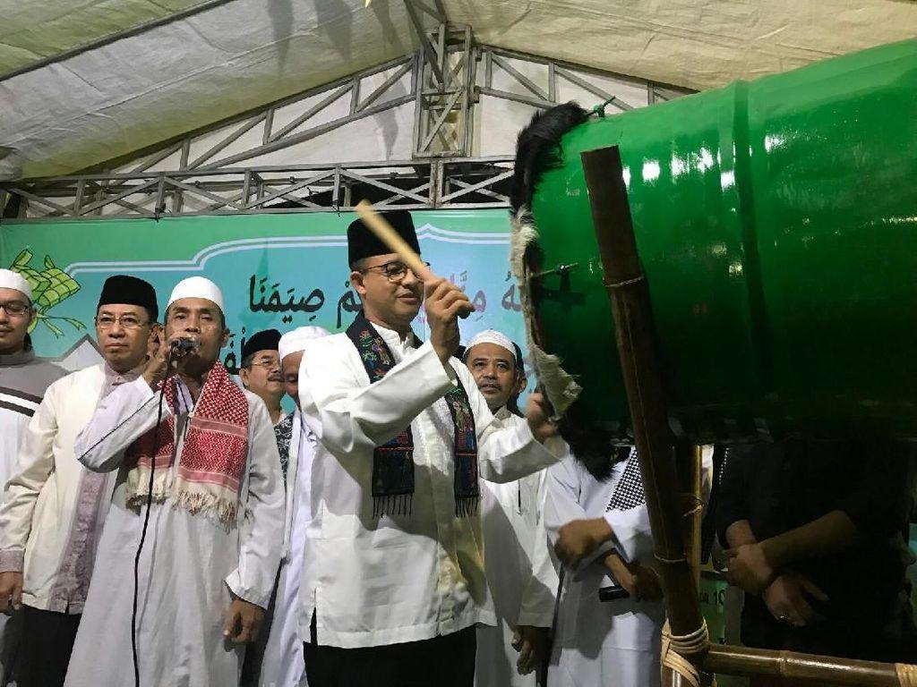 Anies Baswedan melanjutkan kegiatan di malam Idul Fitri dengan menghadiri acara takbiran di Masjid Jami Al Islam, Petamburan, Jakarta Barat. (Foto: Mochamad Zhacky-detikcom)