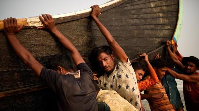 Beberapa pengungsi Rohingya yang melarikan diri dari Myanmar berhasil mendapat pekerjaan di industri perikanan di Bangladesh. (REUTERS/Clodagh Kilcoyne)