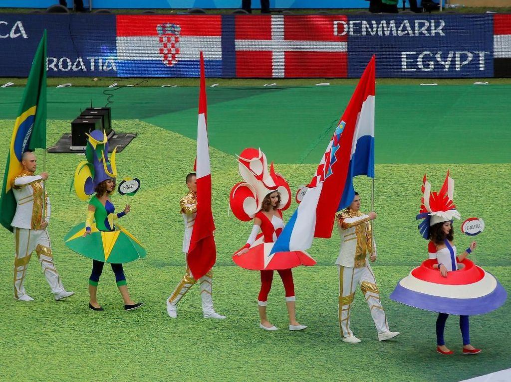 Bendera-bendera dari 32 negara kontestan ikut dikibarkan dalam atraksi pembukaan Piala Dunia 2018. Foto: Maxim Shemetov/Reuters