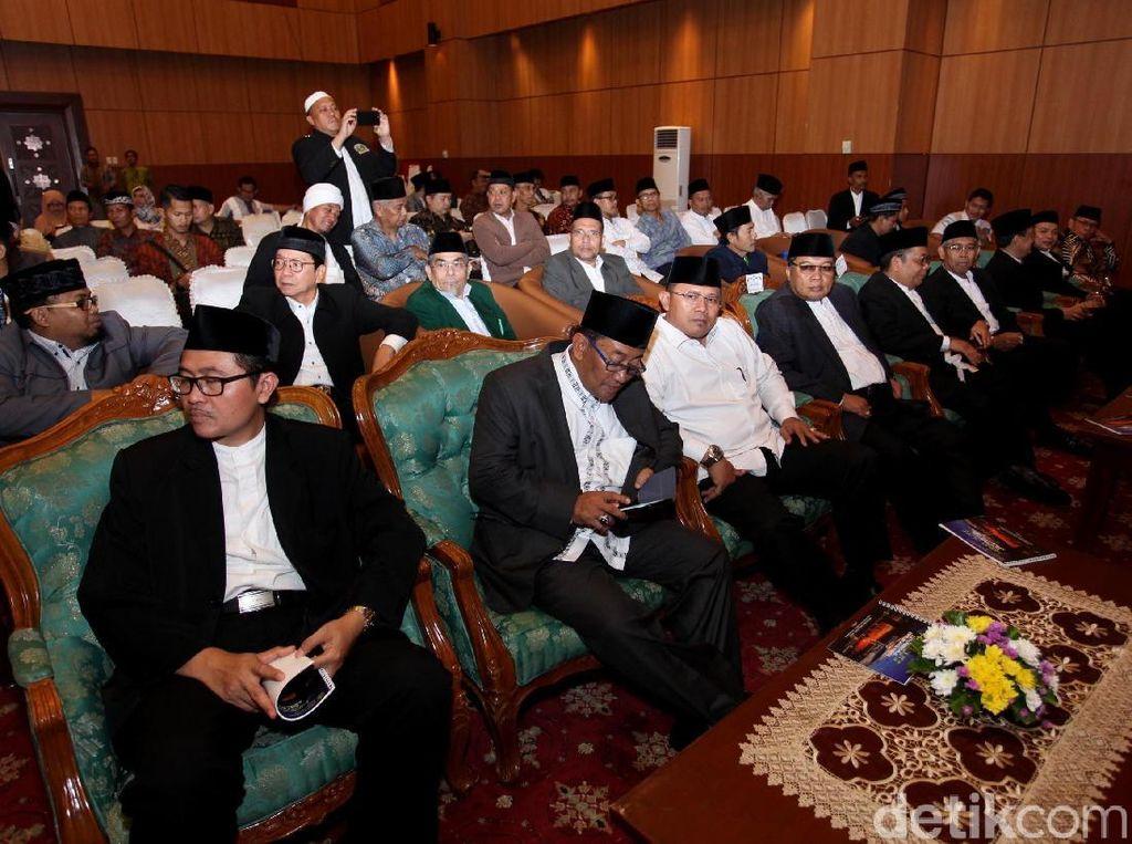 Selain Menag, hadir tokoh agama lain yakni Ketum MUI Maruf Amien, Imam Besar Masjid Istiqlal Nasaruddin Umar, Ketua Komisi VIII DPR Ali Taher, dan para tamu serta pewakilan Kedutaan Besar negara Islam.