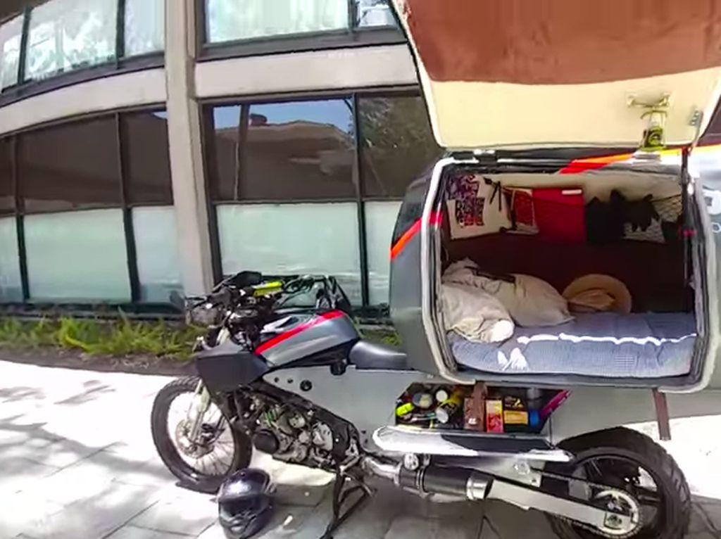 Touring menggunakan sepeda motor menjadi hobi anak-anak motor. Namun, kendala touring atau mudik menggunakansepeda motoryang memakan waktu berhari-hari mungkin adalah tempat istirahatnya. Foto: Pool (Youtube)