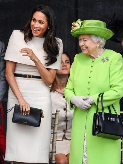 Beda Gaya Meghan Markle dan Kate Middleton Saat Solo Trip dengan Ratu
