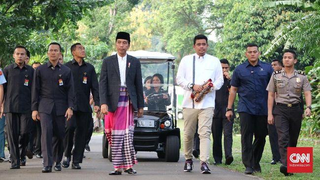 'OOTD' Jokowi Salat Idul Fitri: Jas dan Sarung Fuschia