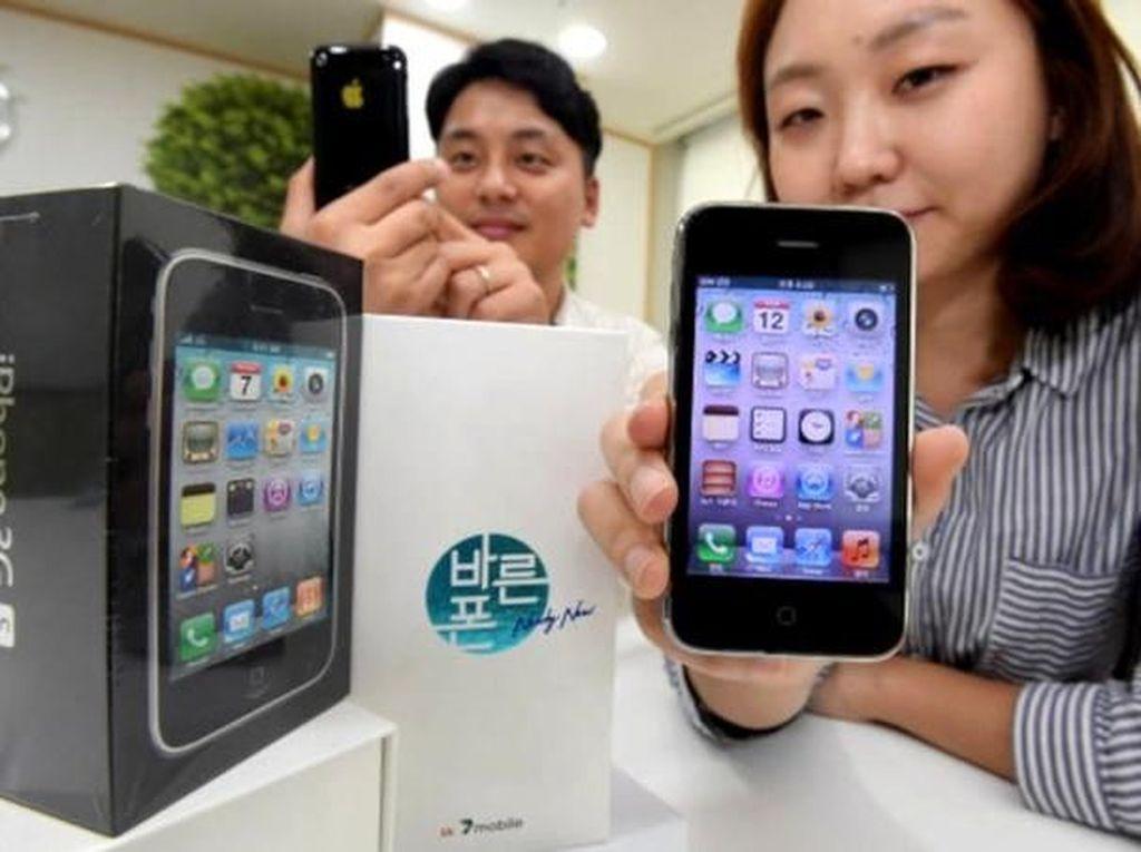 Operator di Korea Selatan, SK Tellink, menjual lagi iPhone 3GS dalam kondisi baru dan belum pernah dipakai. iPhone itu memang tak bisa menjalankan aplikasi masa kini tapi tetap bisa melakukan fungsi seperti menelepon, mengirim pesan, email, mendengarkan musik, foto, dan lainnya. Rencananya iPhone 3GS ini akan dijual USD 40 atau sekitar Rp 600 ribu. Foto: Phone Arena