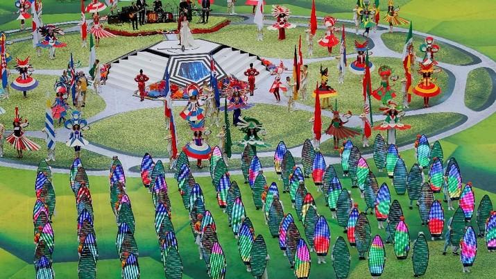 Sekitar 500 penari, pesenam, dan pemain trampolin tampil dalam upacara pembukaan ini.